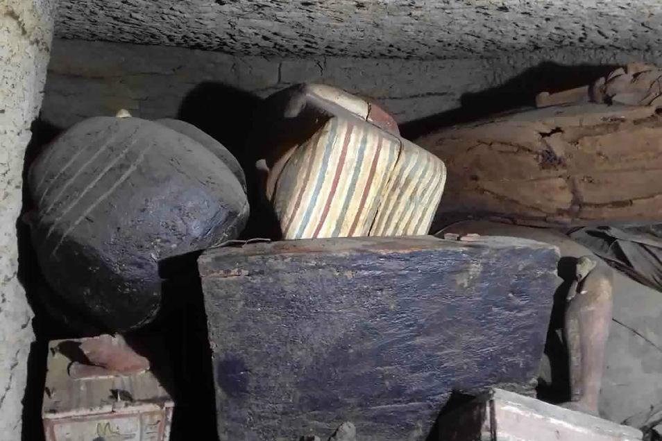 Antike Funde liegen in einer Grube.