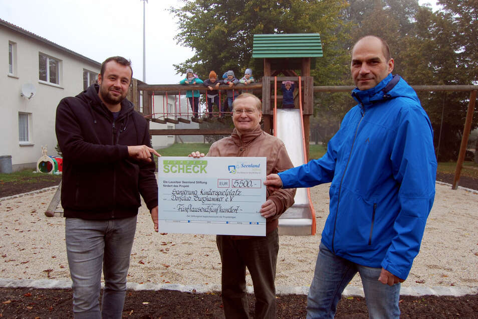In Burghammer freuten sich Dorfclub-Chef Richard Meyer (links) und Ortsvorsteher Michael Frey (rechts) über den Besuch von Thomas Delling (Mitte).