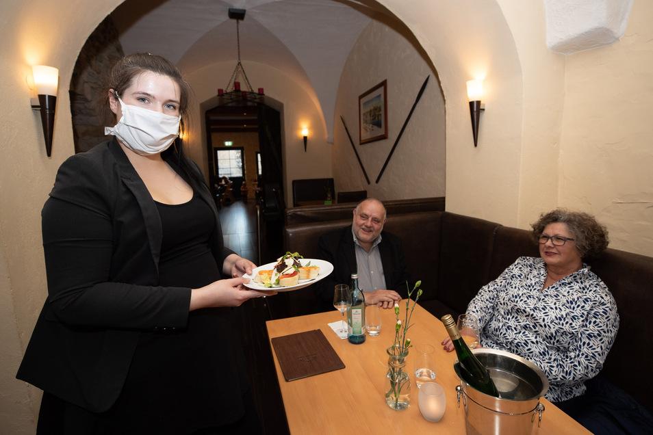Judith Kowalczyk bedient Gabrielle und Reinhard Schelling. Die Dresdner waren früher Stammgäste im Ratskeller. Ob sie es wieder werden?