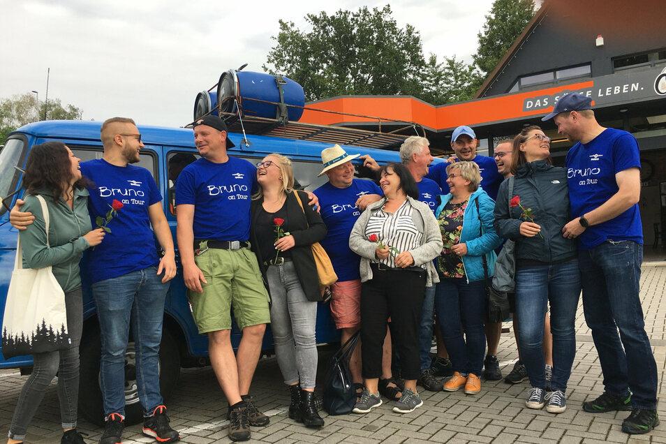 Zum Abschied gab es vor der Barkas-Tour in Zittau für die Ehefrauen und Freundinnen eine Rose.