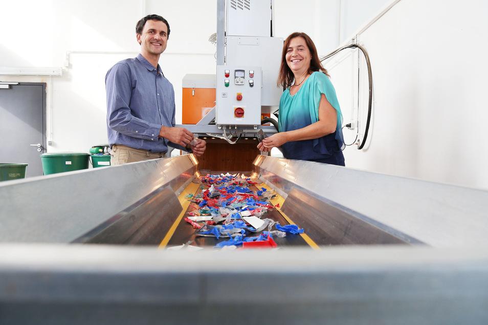 Wohin mit dem Müll? Nicht nur die Sortieranlage am Institut für Abfall- und Kreislaufwirtschaft weiß das. Prof. Christina Dornack (r.) und Roman Maletz kennen sich ebenfalls bestens aus. Manchmal werden sie dafür aber zu Spielverderbern.