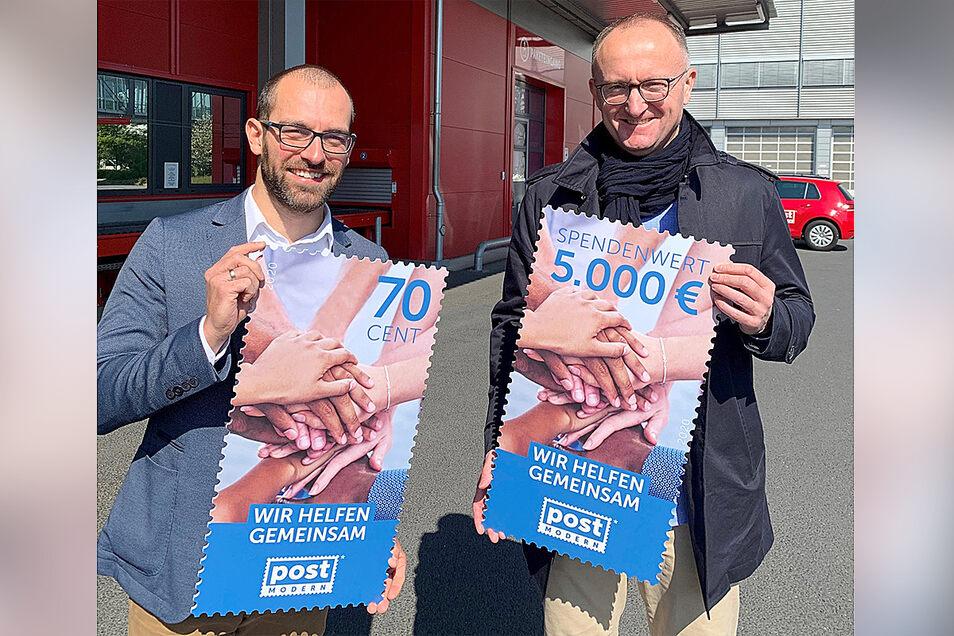 Zwei Männer, zwei Briefmarken: PostModern-Geschäftsführer Michael Ulbrich und Marketingleiter Alexander Hesse.