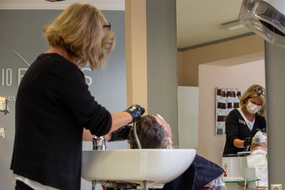 Gewaschen werden jetzt alle und Friseuse wie Kunden müssen Mundschutz tragen: Anke Klieber mit Marcel Freudenberg.