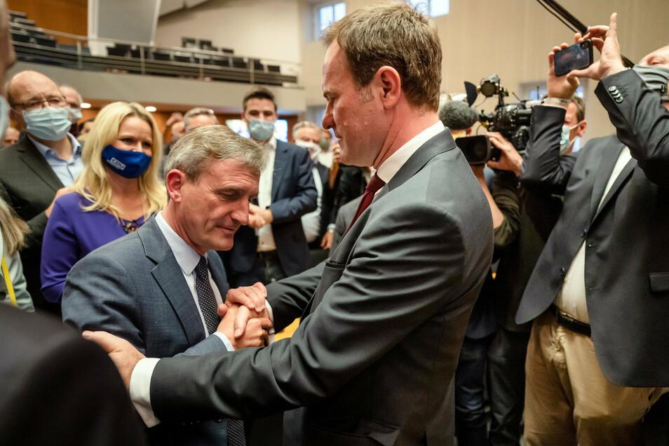 Nordrhein-Westfalen, Düsseldorf: Stephan Keller, Oberbürgermeisterkandiat der CDU, nimmt die Glückwünsche des amtierenden Oberbürgermeister Thomas Geisel (SPD) nach der Bekanntgabe der Ergebnisse entgegen.