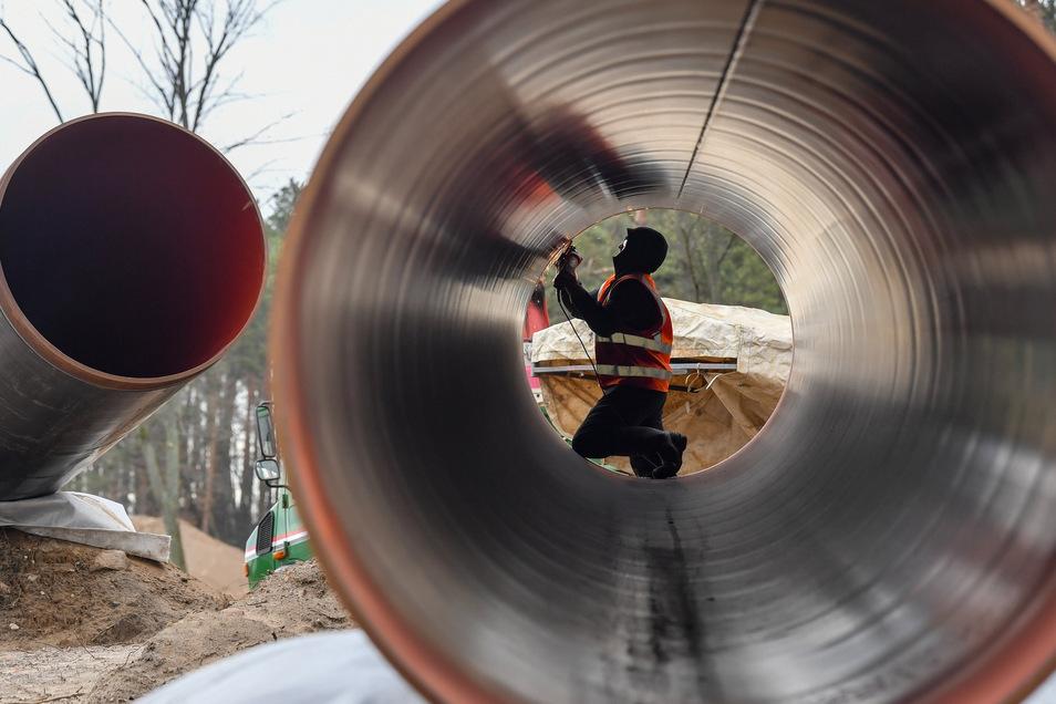 Durch riesige Rohre wie hier für die Eugal-Trasse strömt Erdgas nach Deutschland. Einmal verteuert sich das Produkt durch staatliche Auflagen.