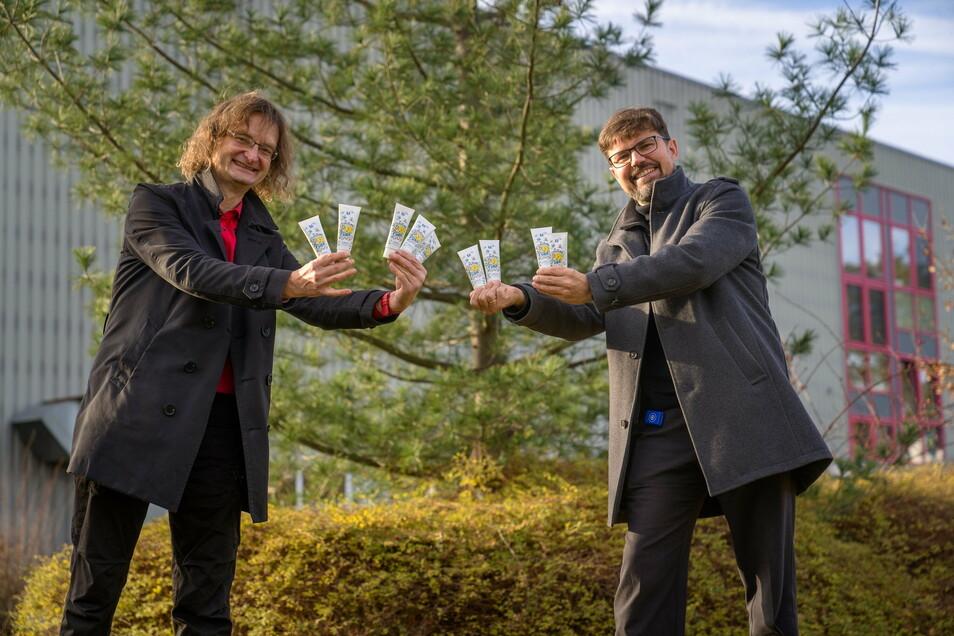 Der Meißner Künstler Kay Leo Leonhardt und EPL-Deutschland-Chef Matthias Lütkemeier präsentierten die Tube zum Jubiläum.