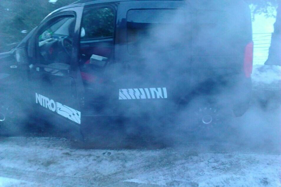 Das Auto war nach kurzem Motorlauf mit Abgasen eingenebelt.