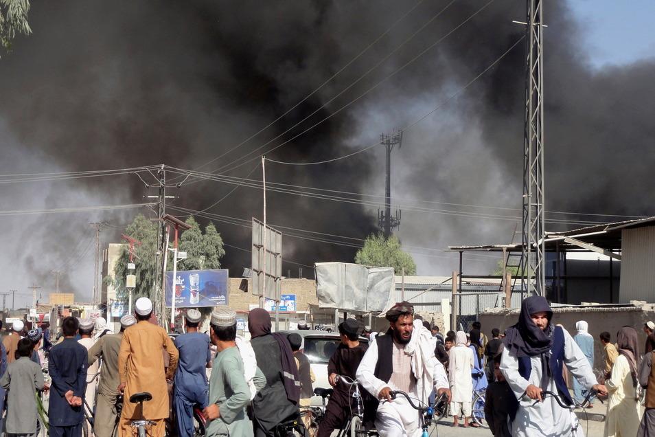 Nach Kämpfen zwischen den Taliban und afghanischen Sicherheitskräften in Kandahar südwestlich von Kabul steigt Rauch auf.