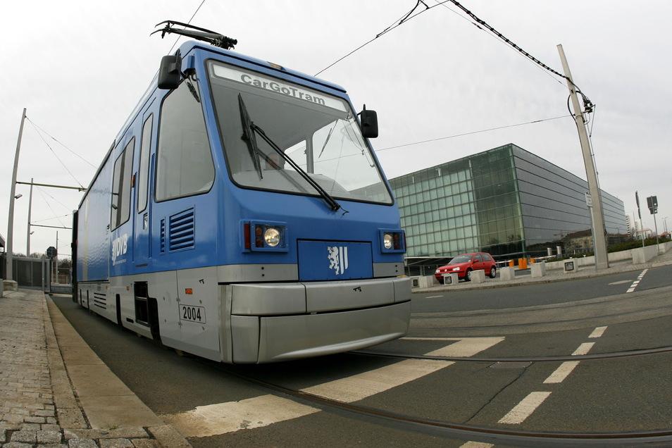 Dieses Bild gibt es nie wieder: Eine der blauen Güterstraßenbahnen vor der Gläsernen Manufaktur.