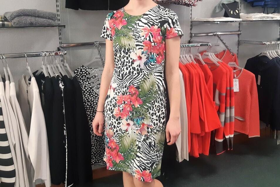 Mit diesem Sommerkleid bekommt man doch gleich gute Laune. Und nicht nur das: Der Stoff liegt leicht auf der Haut und knittert nicht.
