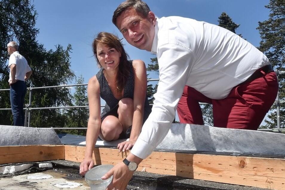Beim Haus Schminke in Löbau setzte er mit Geschäftsführerin Claudia Muntschick einen Glasstein im Dach ein.