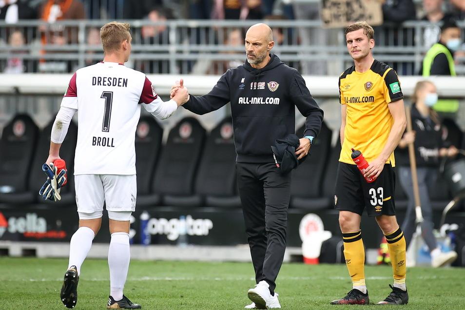 Enttäuscht sind Dynamo-Trainer Alexander Schmidt (M.), Torwart Kevin Broll (l.) und Christoph Daferner nach dem Abpfiff im Stadion am Millerntor. Die Dresdner waren phasenweise deutlich unterlegen.