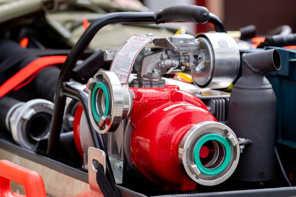 Das Herzstück des Anhängers ist diese leistungsfähige Pumpe, die gerade einmal 14 Kilo auf die Waage bringt und damit tragbar ist. Sie kann pro Minute etwa 340 Liter Wasser bewegen.