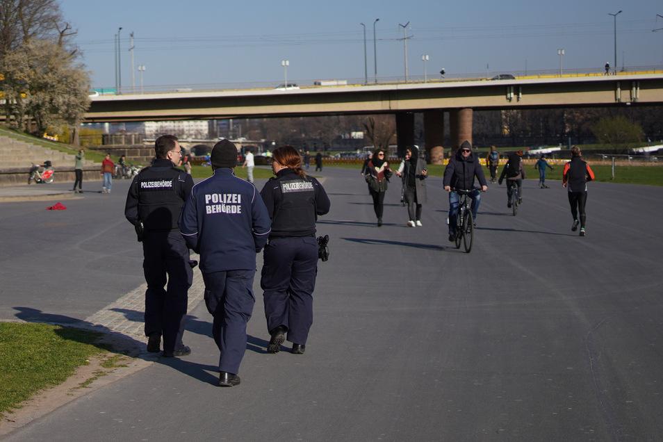 Odnungsamt und Polizei gehen am Dresdner Elbufer auf Streife.