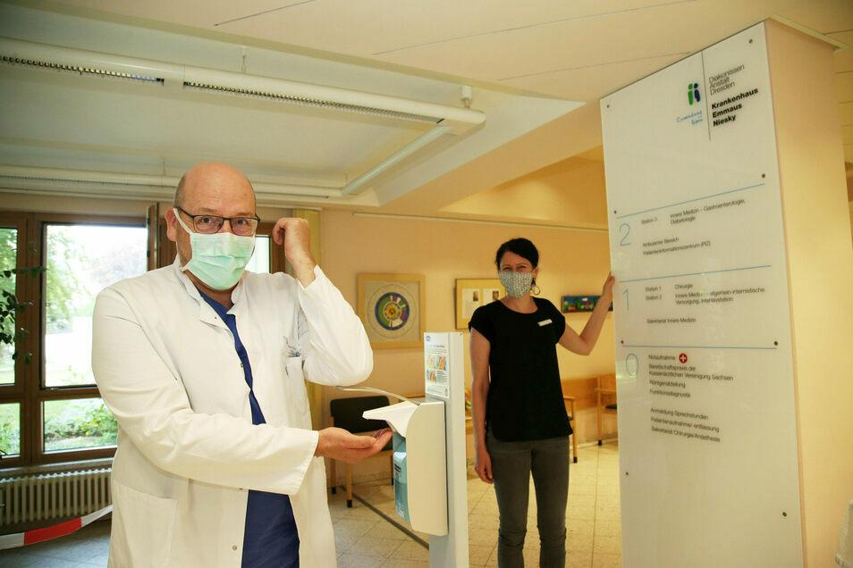 In allen Krankenhäusern gilt Besuchsverbot. Auf dem Foto desinfiziert sich Chefarzt Rainer Stengel im Emmaus-Krankenhaus Niesky die Hände.