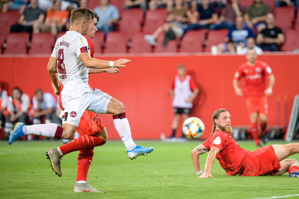 Nikola Dovedan (l.) chippt den Ball ins Tor.
