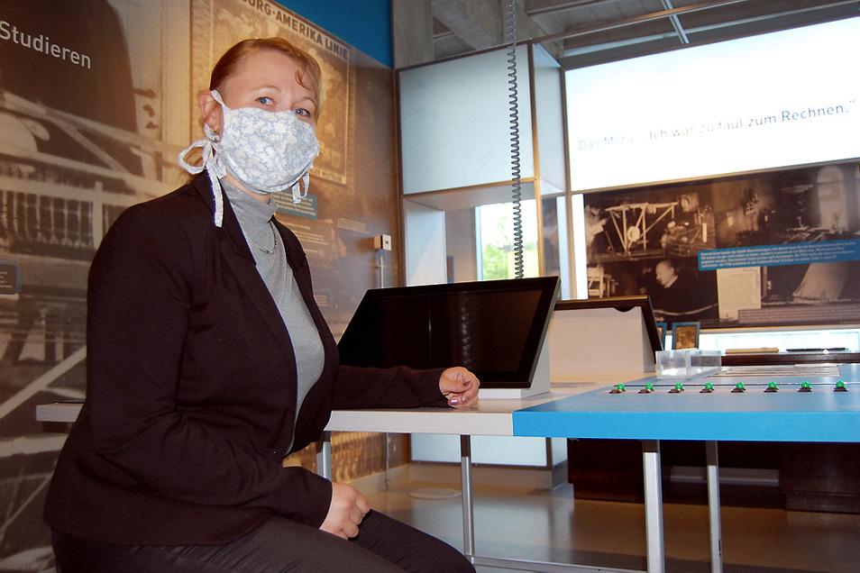 """Andrea Prittmann vom ZCOM Hoyerswerda sitzt in dessen """"Erfinderwerkstatt"""". Im Museum besteht Maskenpflicht. Der Kauf ist an der Kasse möglich."""