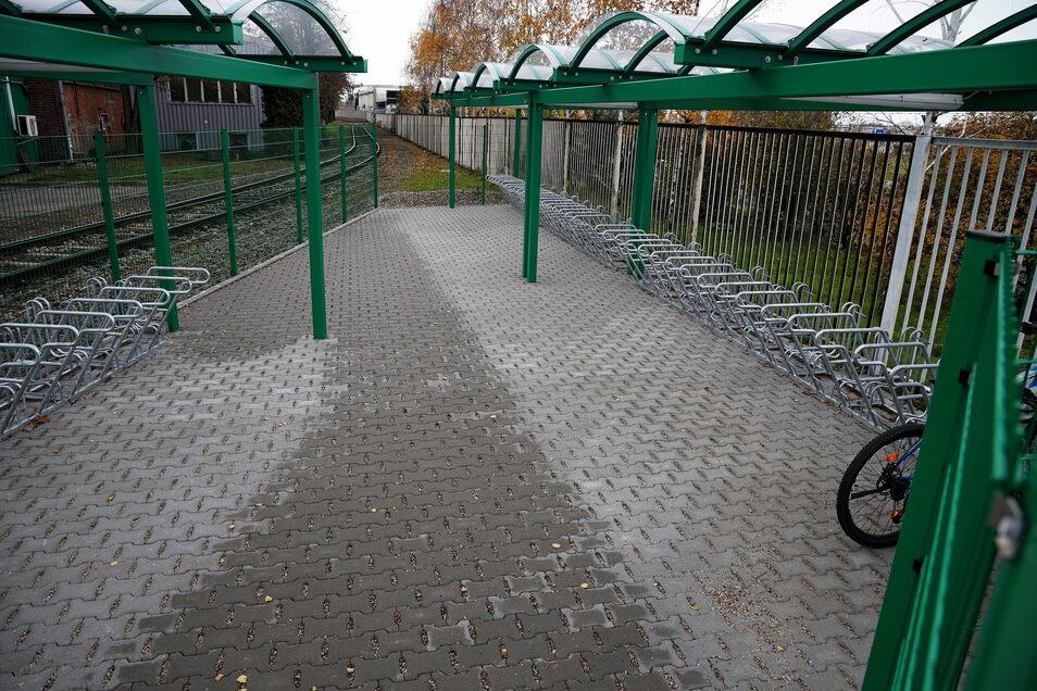 Auch an die Radfahrer wurde gedacht: Etwas mehr als 50 überdachte Fahrradstellplätze hat Feralpi angelegt.