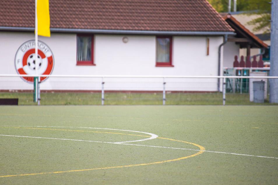 Der Kunstrasen auf dem Jahnsportplatz muss erneuert werden. Dafür haben sich die Stadt, der FV Eintracht und der Hockey-Club zusammengetan, um das Vorhaben dieses Jahr umzusetzen.