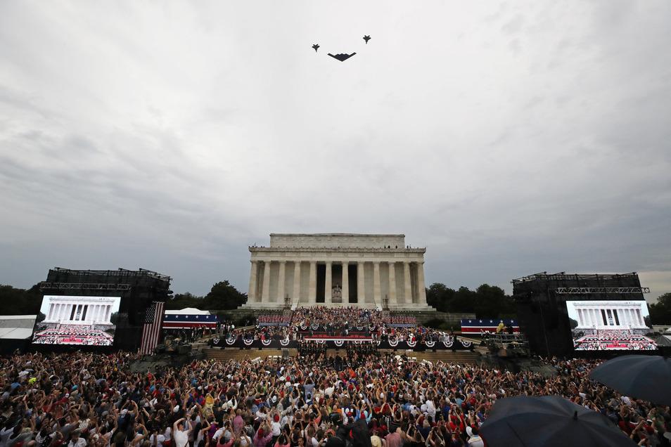 Flugzeuge der Luftwaffe fliegen während Trumps Rede über das Lincoln Memorial hinweg.