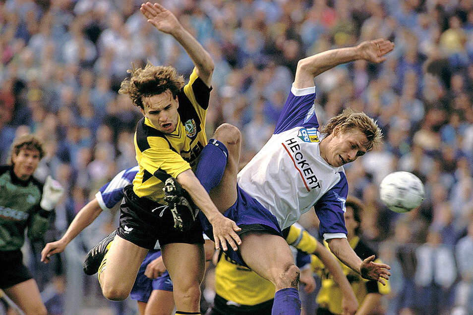 Der Dresdner Heiko Scholz (l.) und Sven Köhler vom Chemnitzer FC liefern sich 1990 einen Zweikampf.