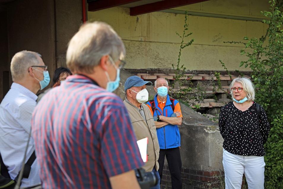 Bauamtsleiterin Ina Nicolai (r:) erklärt den Teilnehmern, wie es um die Tribüne steht.