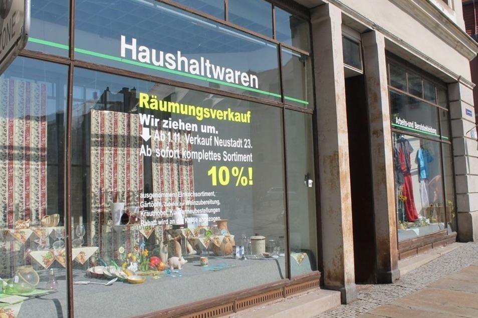 """Aus zwei mach eins: Das Haushaltswarengeschäft Ecke Neustadt/Frauenstraße wird Ende Oktober umziehen. Bis dahin läuft ein Räumungsverkauf. Ab Anfang November ist ein Teil des Sortiments im """"Bauernladen"""", Neustadt 23, erhältlich, wie Inhaberin Heike Drowsk"""
