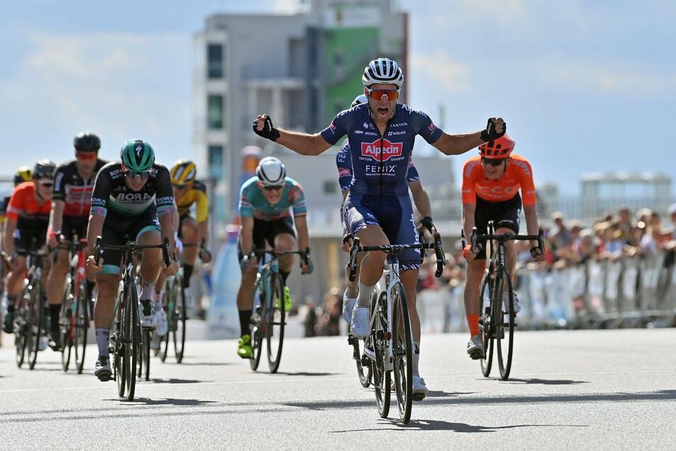 Der Sieger breitet schon die Arme aus: Marcel Meisen gewinnt den Sprint auf dem Sachsenring. Favorit Pascal Ackermann (3. v. l.) wird Zweiter.