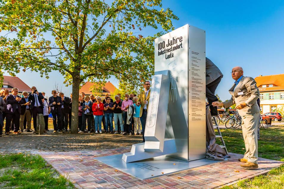 Der 17. Oktober 2018 war ein denkwürdiger Tag in Lauta: Siegfried Erler (r.), der Vereinsvorsitzende der Senak, und Bürgermeister Frank Lehmann enthüllten eine Stele, die an den ersten Aluminium-Guss vor 100 Jahren erinnert.
