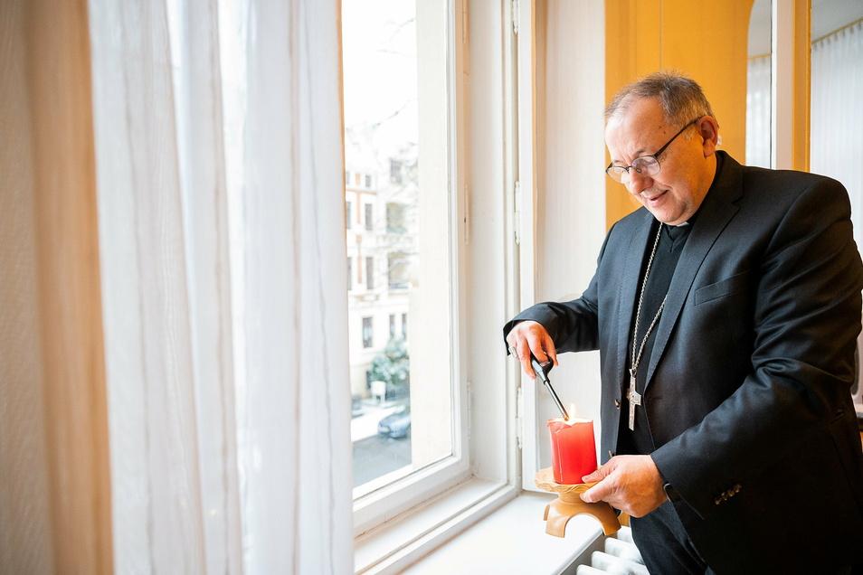Ob im Ordinariat oder zu Hause: Bischof Wolfgang Ipolt zündet jeden Freitagabend eine Kerze für die Toten an.
