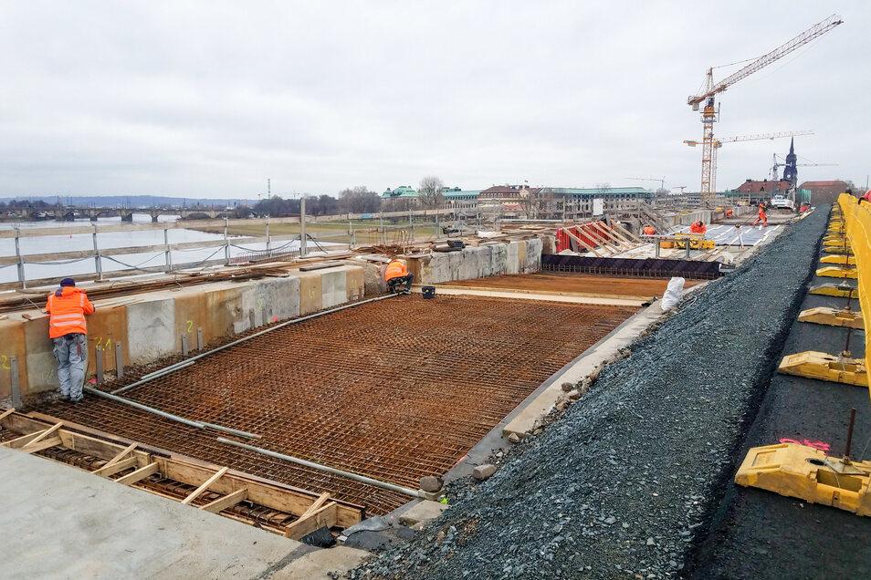 Die Bauleute auf der Augustusbrücke haben auf der zweiten Hälfte die ersten Flächen frisch betoniert. An weiteren Bögen wird die Stahlbewehrung hergestellt.