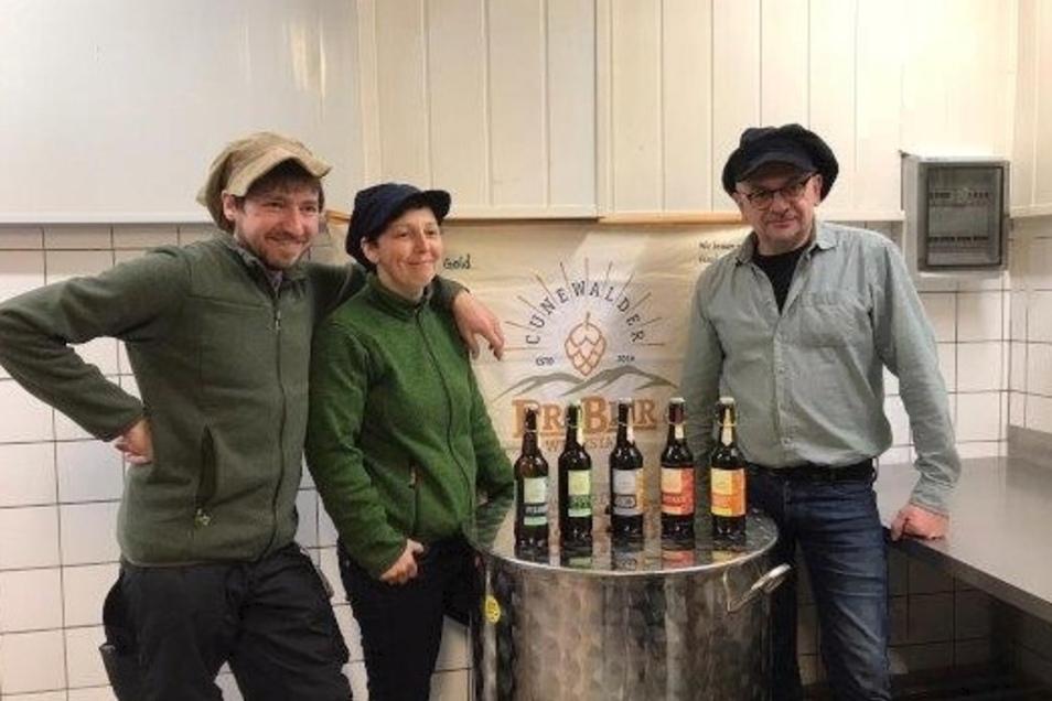 Frank Walter (l.), Nicole Kocksch und Maik Richter von der ProBier-Werkstatt Cunewalde sind jetzt bei einer Online-Verkostung zu erleben.