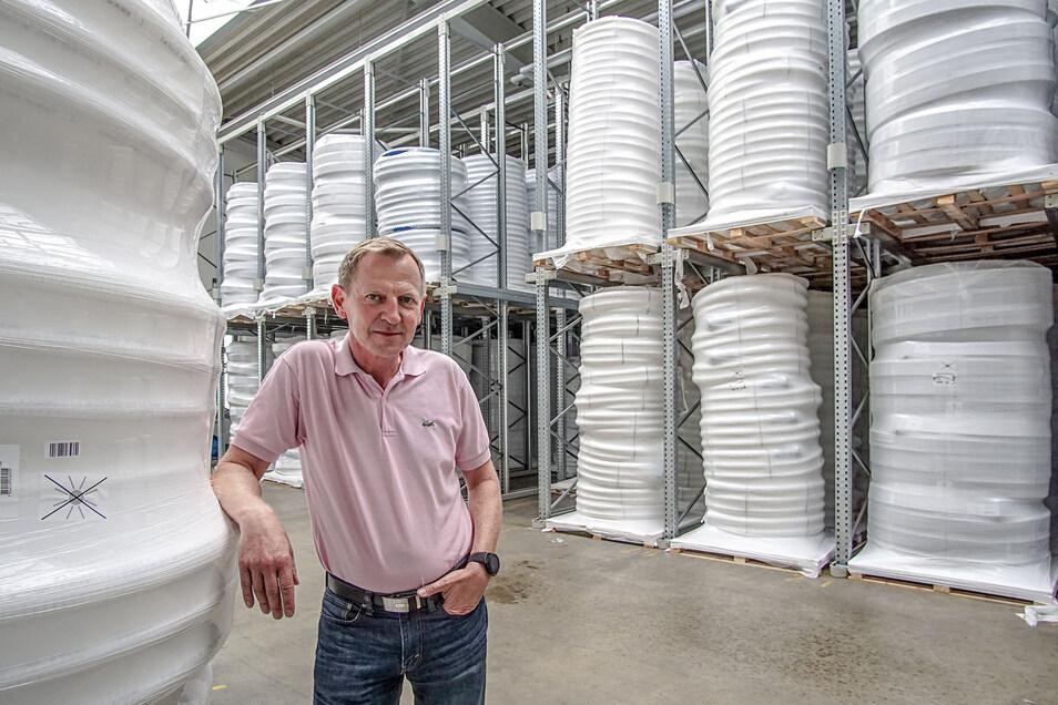 Andreas Seibel, Chef der DRS-Rohrwerke hat Grund zur Freude. Seit Juli gehört das Firmengebäude der ehemaligen Neuen WMS-Flocktechnik im Salzenforster Gewerbegebiet zu ihm. Die neue Produktionshalle nutzt der Chef nun als Lager.
