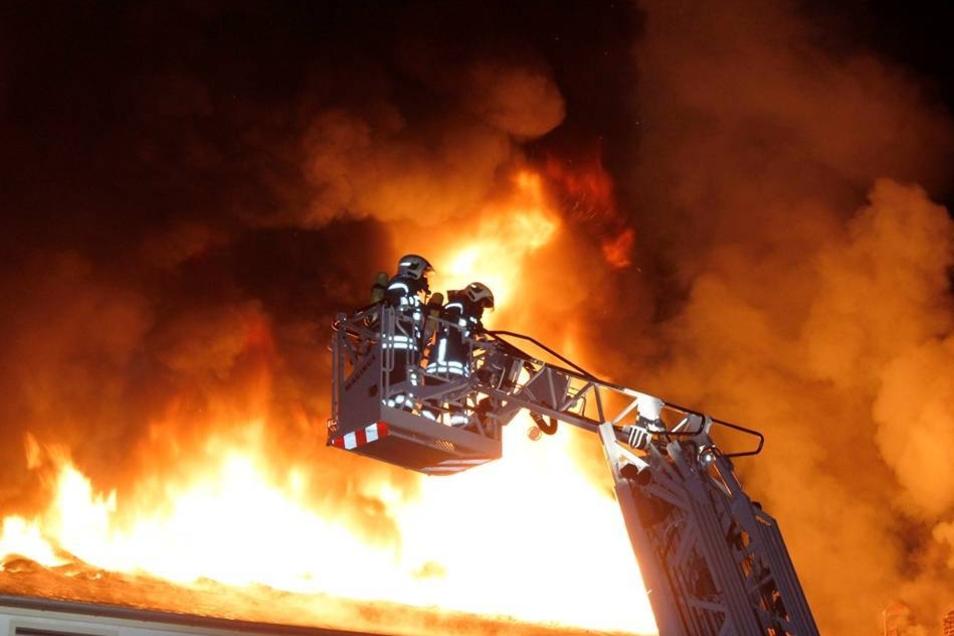 Bei einem Großbrand sind in der Nacht zu Sonntag Teile des früheren Presswerks in Ottendorf-Okrilla zerstört worden. Kurz nach Mitternacht waren in der Leitstelle die ersten Notrufe eingegangen.