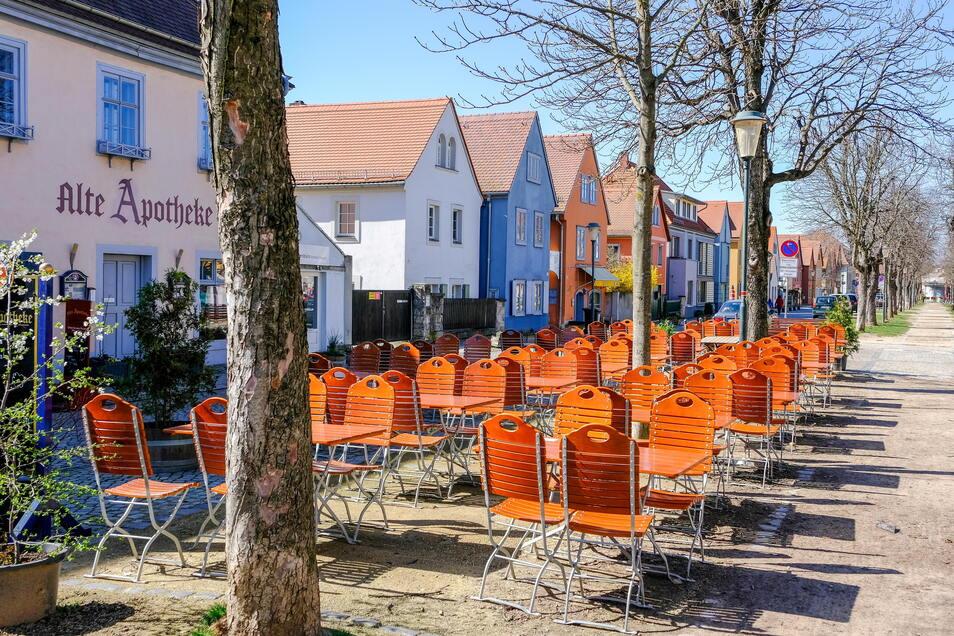 Auf dem Dorfanger Altkötzschenbroda stellen Gastronomen in der warmen Jahreszeit Tische und Stühle draußen auf.