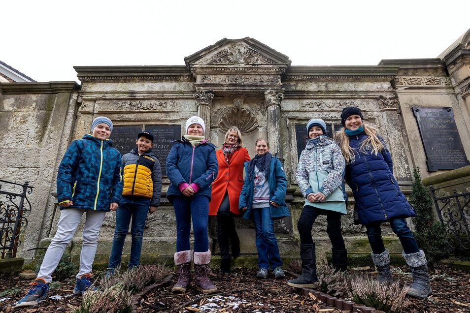 Schüler der Grundschule Pesterwitz pflegen gemeinsam mit Direktorin (Mitte) das Beger-Grab auf dem ehemaligen Friedhof.