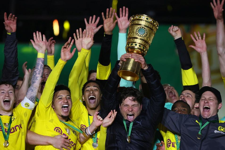 BVB-Trainer Edin Terzic hebt den Pokal in die Höhe.