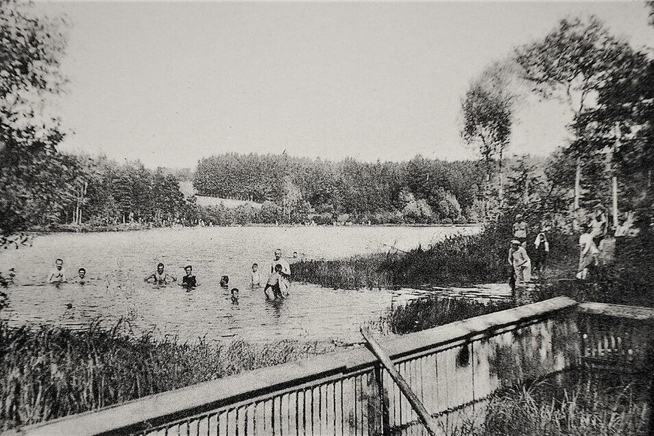 Schon immer einen Ausflug wert: Der Heidemühlenteich in der Dippoldiswalder Heide mit Badegästen vor etwa einhundert Jahren.