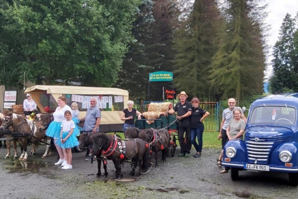 Eine kleine Gruppe zog dann am Nachmittag doch noch durchs Dorf: drei Pony-Gespanne und ein Oldtimer.