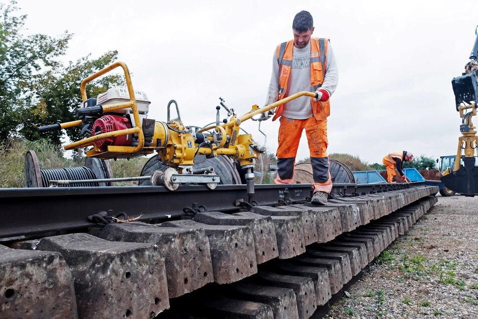 Mithilfe einer Schraubmaschine werden die Schienen von den Stahlbetonschwellen gelöst.