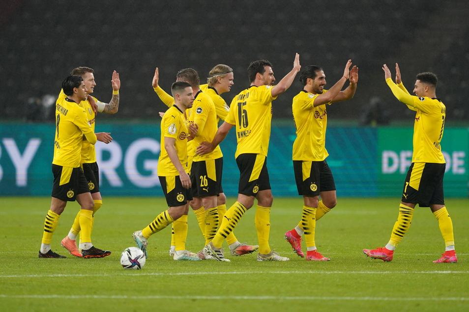 Fertigmachen zum Abklatschen: Die Dortmunder Spieler wissen, bei wem sie sich auch zu bedanken haben - ihrem zweifachen Torschützen Jadon Sancho (rechts).