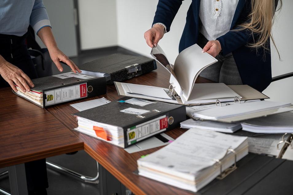 Weit über 1.000 Seiten umfassen die Ermittlungsakten im Fall des Toten, der am Morgen des 27. Oktober 1 996 - übel zugerichtet- von einem Spaziergänger am Zittauer Mandau-Ufer gefunden wird. Das lange gehütete Geheimnis um seinen Tod wird erst 20 Jahre stäter gelüftet werden können.