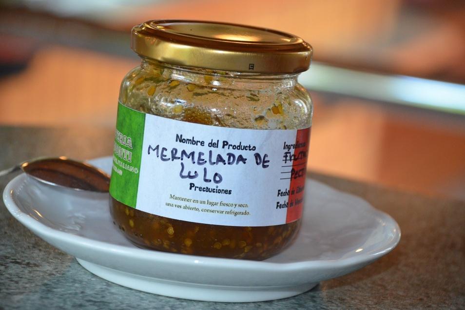 Das Glas Lulo-Marmelade aus Kolumbien. Der Inhalt wird zur Verzierung der ungewöhnlichen Eissorte verwendet.