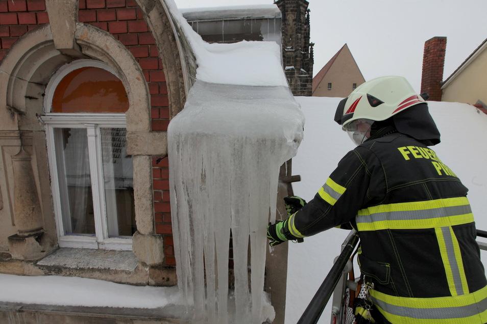 Gefahr gebannt: Oberbrandmeister Stefan Fischer entfernt Eiszapfen an einem Haus in der Dohnaischen Straße.