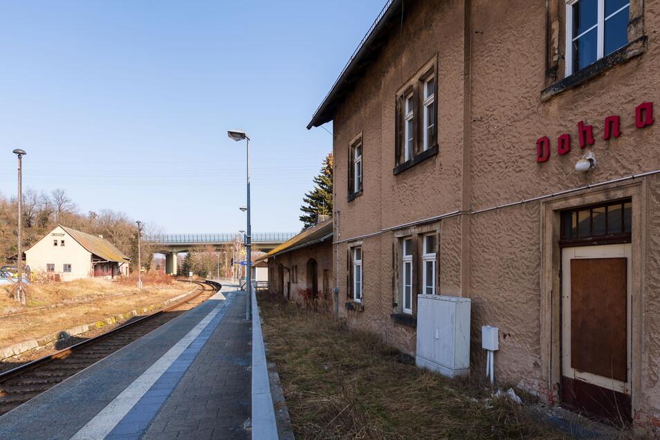 Was fehlt hier auf dem Dohnaer Bahnhof? Die gute alte runde Bahnhofsuhr.