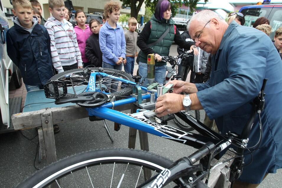 Die Verkehrswacht Riesa-Großenhain lässt regelmäßig in Gröditz Fahrräder codieren - hier ein Eindruck vom Helfertag 2011.
