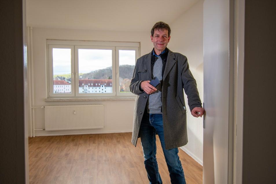 Großweitzschens Bürgermeister Jörg Burkert zeigt eine der Wohnungen, die für die vom Brand betroffenen Mieter hergerichtet wurden.