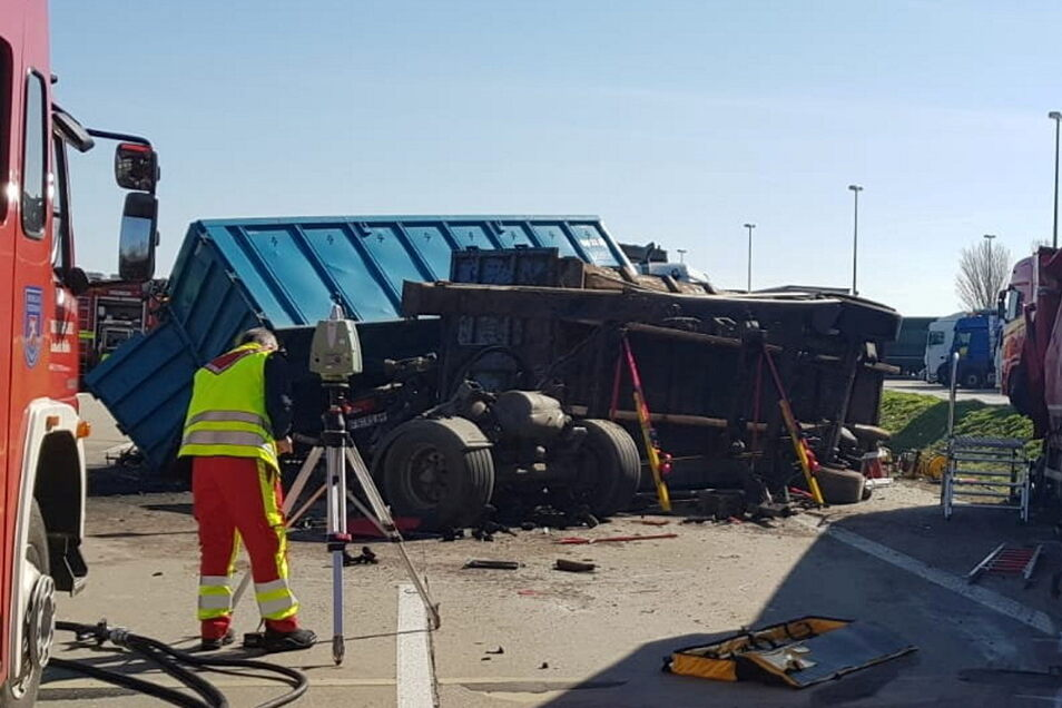 Für die Feuerwehr gibt es nach den Unfällen auf der A4 viel zu tun.