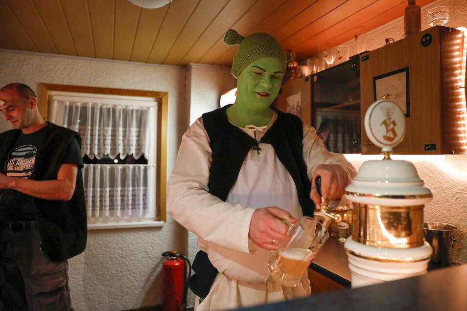 Bürgermeister Markus Hallmann überzeugte als Shrek auch am Zapfhahn.