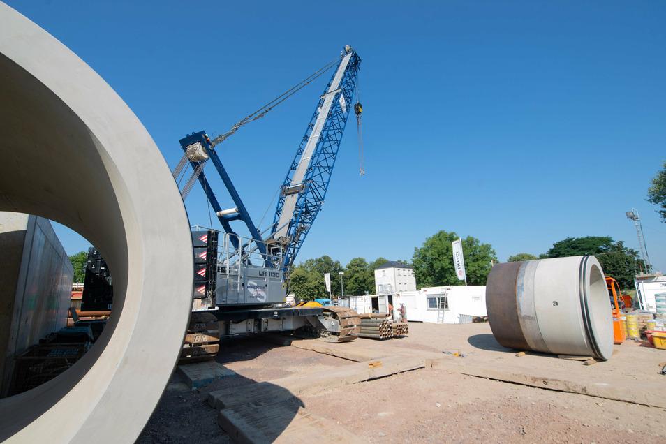 Dieser 300-Tonnen-Raupenkran hebt die Rohrteile in die große Grube.
